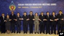 东盟成员国外长和他们的代表11月15日在印尼巴厘举行的东盟外长会议上
