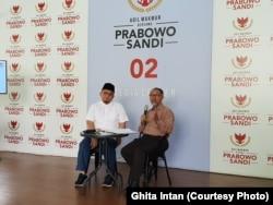 Jubir BPN Prabowo-Sandi Dahnil Anzar Simanjuntak (kiri) dan Ketua tim kuasa hukum BPN Prabowo-Sandi Bambang Widjajanto (kanan) dalam konferensi pers di Prabowo-Sandi Media Center, Jakarta, Senin, 24 Juni 2019. (Foto: Ghita Intan/VOA).