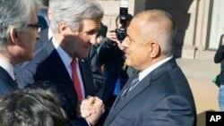 불가리아를 방문한 존 케리 미국 국무장관이 15일 보이코 보리소브 불가리아 총리와 공동 기자회견 후 손을 맞잡고 있다.