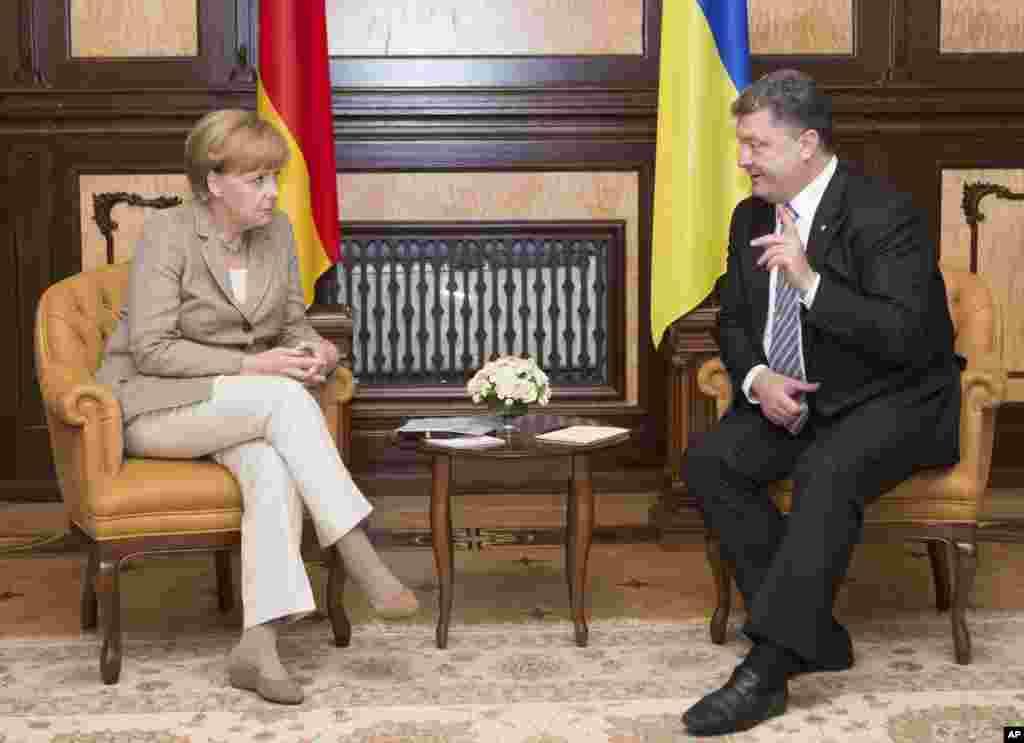 آنگلا مرکل صدراعظم آلمان روز شنبه با پترو پوروشنکو، رئیس جمهوری اوکراین دیدار کرد. خانم مرکل که طرفدار واکنش سنجیده اتحادیه اروپا به سیاست های تهاجمی روسیه است در دیدار امروز خواستار راه حل سیاسی برای پایان دادن به بحران اوکراین شد - کیف، اول شهریور ۱۳۹۳