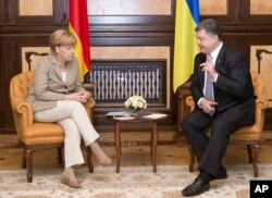 German chancellor Angela Merkel, left, and Ukrainian President Petro Poroshenko during their meeting in Kyiv, Ukraine, Aug. 23, 2014.