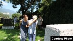 许良英和刘宾雁女儿去年8月9日在知名异议作家、民主人士刘宾雁墓前(曾金燕推特图片/胡佳拍摄)