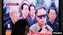 张成泽(红圈者)当年陪同金正日视察的资料照片。