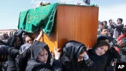 Para aktivis hak perempuan Afghanistan menggotong peti jenazah Farkhunda, perempuan berusia 27 tahun yang dibunuh oleh sekelompok pria, di Kabul (22/3). (AP/Massoud Hossaini)
