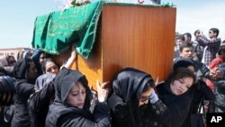 Afghan women's rights activists carry the coffin of 27-year-old Farkhunda, who was beaten to death by a mob, during her funeral in Kabul, March 22, 2015.