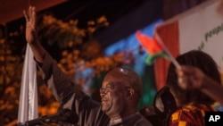 Le président Roch Marc Christian Kaboré, célèbre sa victoire à Ouagadougou, le 1er décembre 2015.