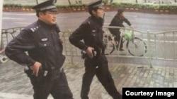 上海警察带枪巡逻新闻上华尔街日报。(网络图片)