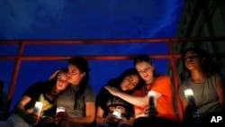 De izquierda a derecha, Melody Stout, Hannah Payan, Aaliyah Alba, Sherie Gramlich y Laura Barrios se consuelan unas a otras durante una vigilia por las víctimas del tiroteo del sábado 3 de agosto de 2019 en El Paso, Texas. (AP Foto/John Locher)