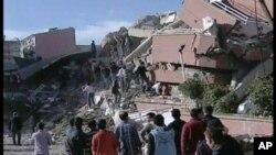 Σωστικά συνεργεία στην Τουρκία ανασύρουν επιζήσαντες από τα συντρίμμια