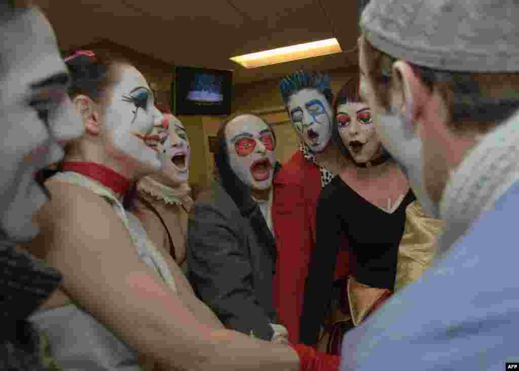 Король в костюме клоуна
