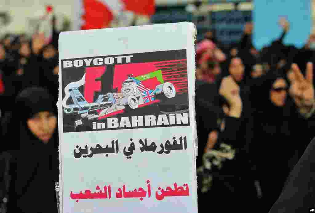 """Una manifestación en contra del gobierno invita a boicotear la carrera de Fórmula Uno Gran Premio de Bahréin. Traducción del árabe: """"Fórmula in Bahréin atropella los cuerpos de su gente""""."""
