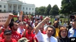فعالان در برابر کاخ سفید خواهان بازنگری پالیسی اخراج مهاجرین از ایالات متحده شدند.