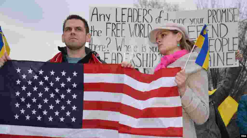 ԱՄՆ-ում ուկրաինական համայնքի ներկայացուցիչները դուրս են եկել բողոքի ցույցի ԱՄՆ-ի Սպիտակ տան առջև՝ արտահայտելու համար իրենց զայրույթը Ռուսաստանի խորհրդարանի կողմից Ուկրաինա զորքեր մտցնելու մասին ընդունված որոշման կապակցությամբ