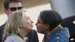 ລັດຖະມົນຕີການຕ່າງປະເທດສະຫະລັດ ທ່ານນາງ Hillary Clinton (ຊ້າຍ) ຖືກຕ້ອນຮັບໂດຍ ລັດຖະມົນຕີການຕ່າງປະເທດບັງກລາແດັສ ທ່ານນາງ Dipu Moni ເວລາທ່ານນາງເດີນທາງໄປຮອດ ນະຄອນຫຼວງ Dhaka (5 ພຶດສະພາ 2012)