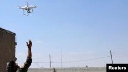 Arşîv:Hêzên HSDê(SDF) li rojavayê herêma Raqqa dronê difirînin.