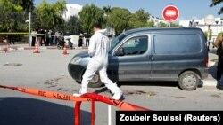La police scientifique tunisienne sur les lieux de l'attaque au couteau près du siège du parlement à Tunis, en Tunisie, le 1er novembre 2017.