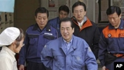 日本首相菅直人探訪災民。