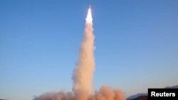 북한이 지난달 12일 실시헌 신형 중장거리 전략탄도미사일 '북극성 2형' 미사일을 시험발사 장면을 조선중앙통신이 13일 공개했다.