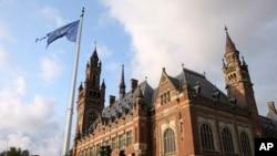 Bendera PBB berkibar tertiup angin di depan Pengadilan Internasional di Den Haag, Belanda, 27 Agustus 2018. (Foto: dok).