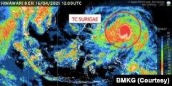 Citra satelit Himawari terkait adanya Siklon Tropis Surigae (lingkaran merah) di wilayah perairan Samudera Pasifik utara Papua Barat pada Jumat (16/4). (Foto: Courtesy/BMKG)