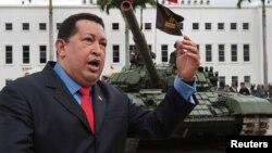 El presidente venezolano Hugo Chávez llega al desfile militar que marcó el 191 aniversario del ejército, el 24 de junio de 2012. Chávez ha dado prioridad al armamentismo de sus fuerzas militares.