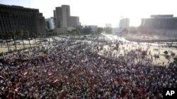 ຊາວອີຈິບຫຼາຍພັນຄົນເຕົ້າໂຮມກັນຢູ່ຈະຕຸລັດ Tahrir ນະຄອນຫຼວງໄຄໂຣ ເພື່ອປະທ້ວງຄໍາຕັດ ສິນຂອງສານ ທີ່ພຽງແຕ່ຈໍາຄຸກຕະຫຼອດຊີວິດຕໍ່ທ່ານ Mubarak ອະດີດປະທານາທິບໍອີຈິບ