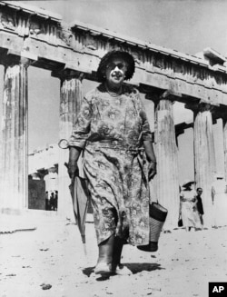 Mystery author Agatha Christie visits the Acropolis in Athens, Greece, Aug. 31, 1958. (AP File Photo)