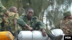 Un soldat du M23 assis sur des boîtes à munitions alors que le groupe rebelle se retirait de Goma, en RDC - 1 décembre 2012 (photo - VOA / G. Joselow).
