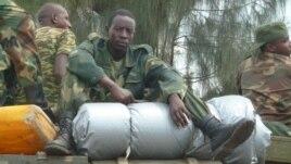 Des combattants du M23 se retirant de la ville de Goma dans le Nord Kivu en RDC le 1er décembre 2012 (photo - VOA/G. Joselow).