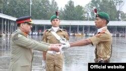 جنرل وائیں فارغ التحصیل ہونے والے ایک کیڈٹ کو اعزازی شمشیر دے رہے ہیں۔