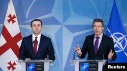 지난 2월 브뤠셀에서 열린 나토-조지아 정상회담 후 기자회견에 참석한 이라클리 가리바슈빌리 조지아 총리(왼쪽)와 아네르스 포그 라스무센 나토 사무총장. (자료사진)