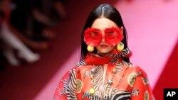 Một người mẫu trình diễn bộ trang phục xuân hè 2019 của Dolce & Gabbana. Hãng thời trang Ý đã phải hủy show diễn sắp tới ở Thượng Hải vì một quảng cáo bị người Trung Quốc phản đối.