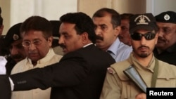 Mantan Presiden Pakistan Pervez Musharraf (kiri) meninggalkan pengadilan tinggi Rawalpindi (17/4). Pengadilan Pakistan menolak permohonan pembebasan dengan uang jaminan Musharraf.