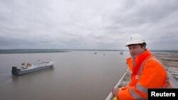 Вид на устье Темзы с обзорной площадки контейнерного порта рядом с британским Тилбери. Июль 2013 года