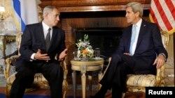 Menlu AS John Kerry (kanan) melakukan pembicaraan dengan PM Israel Benjamin Netanyahu di Villa Taverna, Roma, Italia hari Rabu (23/10).