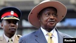 Presiden Uganda, Yoweri Museveni (kanan) mendesak pemimpin pemberontak Sudan Selatan Riek Machar untuk mematuhi gencatan senjata (foto; dok).