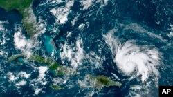 El gobernador de Florida, Ron DeSantis, declaró el estado de emergencia el miércoles y pidió a los floridanos de la costa este que adquieran suministros de alimentos y agua que les alcance al menos para una semana.