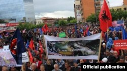 Građani Prištine okupljeni na današnjem protestnom skupu
