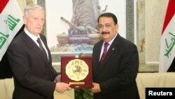 Menteri Pertahanan Amerika Jim Mattis (kiri) bertemu Menhan Irak, Erfan al-Hiyali dalam kunjungan di Baghdad, hari Senin (20/2).