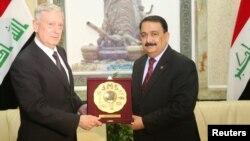 عرفان الحیالی وزیر دفاع عراق (راست) با جیم متیس وزیر دفاع امریکا (چپ)
