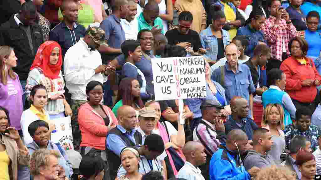 Une foule réunie lors d'une manifestation contre la xénophobie a lieu à Durban, en Afrique du Sud, jeudi 16 avril 2015.