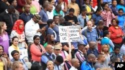 남아프리카공화국 더반에서 16일 수천 명의 군중들이 모여 최근 반이민 폭력사태로 5명이 숨지고 수천 명의 이재민이 발생한 데 대한 항의 집회를 열었다.