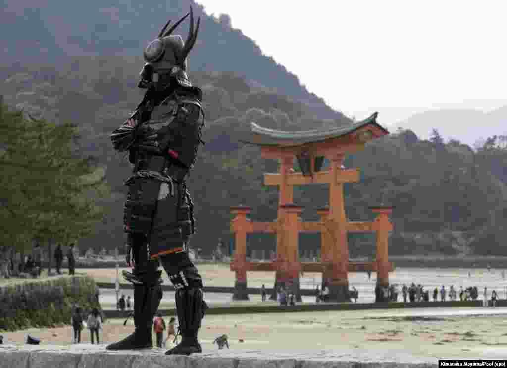 មនុស្សម្នាក់ដែលស្រដៀងអ្នកចម្បាំងស៊ាំមូរ៉ៃកំពុងឈរឲ្យគេថតរូបជាមួយតាមសំណូមពរ នៅក្បែរខ្លោងទ្វារឈើដែលបែកបាក់នៅទីសក្ការបូជា Itsukushima Shrine មុនរដ្ឋមន្រ្តី G7 ទៅទស្សនាកន្លែងនេះនៅលើកោះ Miyajima ក្នុងក្រុង Hatsukaichi ប្រទេសជប៉ុន។