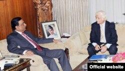 فرحت اللہ بابر صدر آصف علی زرداری سے گفتگو کر رہے ہیں