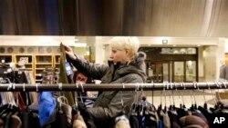 美国经济复苏,消费额上升,一顾客在高档百货商店诺德斯特龙选购