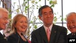 Ngoại trưởng Mỹ Hillary Clinton và Bộ trưởng Ngoại giao Nhật Takeaki Matsumoto (thứ 3 từ trái sang) tại một cuộc họp báo ở Tokyo, 17/4/2011