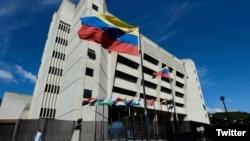 En el comunicado, el TSJ también aceptó la acción de amparo constitucional contra quienes la oposición reconoce como la legítima Junta Directiva de la AN: Guaidó, Juan Pablo Guanipa y Carlos Berrizbeitia.