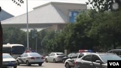 709案庭审进行中,当局星期三在法院后方街道部署多辆警车封锁路口(美国之音叶兵拍摄)