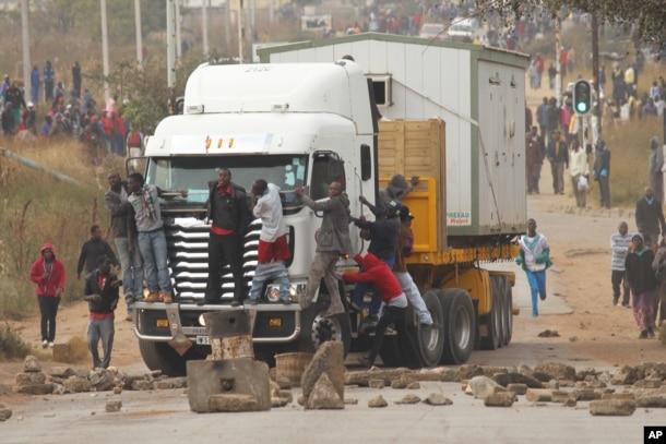 Zimbabwean rioters in Harare.