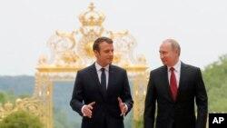 에마뉘엘 마크롱 프랑스 대통령(왼쪽)과 블라디미르 푸틴 러시아 대통령이 29일 파리에서 정상회담을 했다.